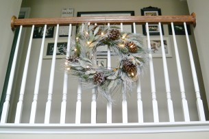 balcony-wreath_foyer_christmas2016